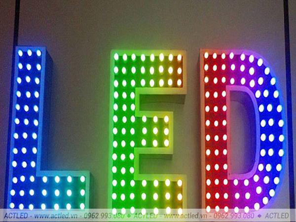 ứng dụng của biển quảng cáo LED P10 xanh dương